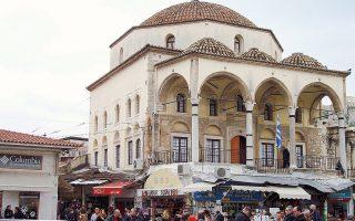 Το τζαμί Τζισδαράκη στο Μοναστηράκι φιλοξένησε το 1918 την πρώτη εκδοχή του μετέπειτα Μουσείου Ελληνικής Λαϊκής Τέχνης. Επί χρόνια στέγασε και μέρος της συλλογής κεραμικών Βασ. Κυριαζόπουλου.