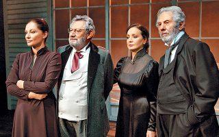 Από την παράσταση «Τζον Γαβριήλ Μπόρκμαν». Από αριστερά: Φιλαρέτη Κομνηνού, Γιώργος Μοσχίδης, Κατερίνα Μαραγκού και Γιώργος Μιχαλακόπουλος.