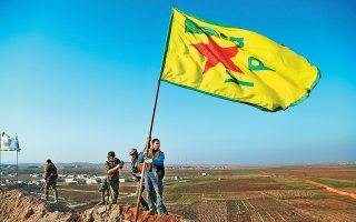 Μαχητές της κουρδικής πολιτοφυλακής YPG πανηγυρίζουν τη νίκη τους επί των τζιχαντιστών στην πολιορκία του Κομπάνι, τον Ιανουάριο του 2015.