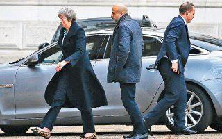 Η Τερέζα Μέι επιστρέφει στην πρωθυπουργική κατοικία της Ντάουνινγκ Στριτ ύστερα από ένα Σαββατοκύριακο στην εκλογική της περιφέρεια.