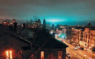 Ενα υπέρλαμπρο πρασινογάλανο χρώμα έλαβε την Πέμπτη το βράδυ ο ουρανός πάνω από το Κουίνς της Νέας Υόρκης. Πολλοί κάτοικοι θορυβήθηκαν, πιστεύοντας ότι βρίσκονται αντιμέτωποι με εισβολή εξωγήινων. Οπως αποδείχθηκε, όμως, το παράδοξο χρώμα του νυκτερινού ουρανού, που κράτησε μερικά λεπτά, οφειλόταν σε έκρηξη σε υποσταθμό ηλεκτρικής ενέργειας στην Αστόρια. Κανείς δεν τραυματίστηκε από το συμβάν.