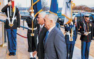 Την απόσυρση των αμερικανικών δυνάμεων από τη Συρία ανακοίνωσε χθες ο πρόεδρος των ΗΠΑ Ντόναλντ Τραμπ ως αποτέλεσμα της συμφωνίας του με τον Τούρκο ομόλογό του Ρετζέπ Ταγίπ Ερντογάν σε τηλεφωνική επικοινωνία που είχαν προ ημερών, όπως μεταδίδει το Reuters. Στη φωτογραφία, ο υπουργός Αμυνας των ΗΠΑ Τζιμ Μάτις (δεξιά) υποδέχεται στο Πεντάγωνο τον αντιπρόεδρο Μάικ Πενς.