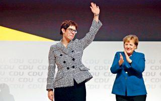 Η νέα πρόεδρος του γερμανικού Χριστιανοδημοκρατικού Κόμματος, Ανεγκρετ Κραμπ-Καρενμπάουερ, ευχαριστεί τους συνέδρους για την εκλογή της με ποσοστό 52% στο αξίωμα που επί 18 χρόνια κατείχε η Αγκελα Μέρκελ. Το αποτέλεσμα ενισχύει τη θέση της καγκελαρίου Μέρκελ και τορπιλίζει τα σχέδια του Βόλφγκανγκ Σόιμπλε για προαγωγή του στενού πολιτικού του φίλου Φρίντριχ Μερτς στον προθάλαμο της καγκελαρίας.