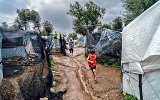 Για τέταρτο συνεχόμενο χειμώνα, πρόσφυγες και μετανάστες που ζουν σε οργανωμένους χώρους ή σε αυτοσχέδιους καταυλισμούς στα νησιά του Ανατολικού Αιγαίου θα πρέπει να αντιμετωπίσουν τον αέρα, τη βροχή, το κρύο, με «στέγη» καλοκαιρινές σκηνές. Η φωτογραφία απεικονίζει την κατάσταση στον αυτοσχέδιο καταυλισμό σε ελαιώνα δίπλα στο hotspot της Μόριας, όπου σε σκηνές διαμένουν περίπου 1.400 άνθρωποι.