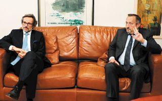 Ο πρέσβης της Γαλλίας Κριστόφ Σαντεπί (δεξιά) και ο πρέσβης της Γερμανίας Γενς Πλέτνερ, σε συντονισμένη κοινή επίσκεψη, πέρασαν χθες το μεσημέρι το κατώφλι του κτιρίου μας, για να εκφράσουν την αλληλεγγύη τους στους εργαζομένους και στη διοίκηση της «Καθημερινής» και του ΣΚΑΪ. Υπογράμμισαν πως όποιος στρέφεται εναντίον της ελευθερίας των Μέσων Μαζικής Ενημέρωσης βάλλει το ίδιο το δημοκρατικό πολίτευμα και εξέφρασαν τη στήριξή τους προς τους Ελληνες λειτουργούς του Τύπου.