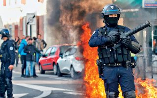 Αστυνομικός με φόντο φλεγόμενο κάδο, χθες, στο Μπορντό της Γαλλίας. Οι διαδηλώσεις των «Κίτρινων Γιλέκων» συνεχίζονται σε όλη τη χώρα, ενώ ενισχύονται από κινητοποιήσεις μαθητών και αγροτών. Το 72% των ερωτηθέντων σε δημοσκόπηση εξακολουθεί να εγκρίνει τις κινητοποιήσεις. Σελ. 10