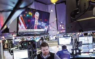 Το μήνυμα της Ομοσπονδιακής Τράπεζας των ΗΠΑ (Fed) στη συνεδρίαση νομισματικής πολιτικής που ολοκληρώθηκε την Τετάρτη για περαιτέρω αύξηση των επιτοκίων, παρά τις ανησυχίες των επενδυτών για τις προοπτικές της διεθνούς οικονομίας και τις σημαντικές απώλειες των αμερικανικών χρηματιστηρίων τους τελευταίους μήνες, αποτέλεσε έναν ακόμη αρνητικό παράγοντα.