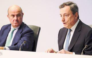 Ο πρόεδρος της ΕΚΤ Μάριο Ντράγκι (δεξιά), υπό το βλέμμα του αντιπροέδρου της Ευρωτράπεζας Λουίς ντε Γκίντος, σημείωσε ότι η εσωτερική ζήτηση συνεχίζει να στηρίζει την εγχώρια οικονομική δραστηριότητα, επωφελούμενη από την αύξηση του πραγματικού διαθέσιμου εισοδήματος.