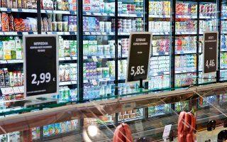 Στην αγορά τροφίμων, σε λογαριασμούς και στέγαση ξοδεύουν κατά κύριο λόγο το εισόδημά τους τα ελληνικά νοικοκυριά. Η μείωση του διαθέσιμου εισοδήματος αύξησε το ποσοστό της δαπάνης για τρόφιμα στο 16,9% το 2017, ποσοστό αρκετά υψηλότερο του ευρωπαϊκού μέσου όρου και κοντά σε αυτό που δαπανούν οι φτωχότερες χώρες της Ε.Ε. Η μεγαλύτερη δαπάνη για τα ελληνικά νοικοκυριά, το 19,8% των συνολικών εξόδων τους, αφορά τη στέγαση, συμπεριλαμβανομένων των ποσών που πληρώνουν για θέρμανση και ύδρευση.