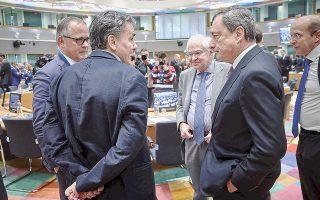 Ο υπουργός Οικονομικών Ευκλείδης Τσακαλώτος συνομιλεί με τον πρόεδρο της Ευρωπαϊκής Κεντρικής Τράπεζας Μάριο Ντράγκι κατάτο χθεσινό Eurogroup. Η πρώτη έκθεση για την Ελλάδα στο πλαίσιο της ενισχυμένης εποπτείας πέρασε χωρίς ιδιαίτερες ενστάσεις, καθώς δεν συνδέεται με κάποια εκταμίευση που θα έπρεπε να εγκρίνουν οι υπουργοί Οικονομικών.
