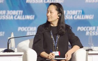 H Κίνα απαιτεί να αφεθεί ελεύθερη η 46χρονη Μενγκ Ουανγκζού, κόρη του ιδρυτή της Huawei Technologies και οικονομική διευθύντρια του πανίσχυρου κινεζικού ομίλου τηλεπικοινωνιών, ενώ δεν έχει εξακριβωθεί ποιες είναι οι κατηγορίες για τις οποίες η Ουάσιγκτον ζητεί την έκδοσή της.
