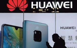 Ο Ντόναλντ Τραμπ και πολλοί άλλοι στην αμερικανική κυβέρνηση ισχυρίζονται πως ΖΤΕ και Huawei ενεργούν για λογαριασμό της κινεζικής κυβέρνησης, κάνοντας κατασκοπεία εις βάρος των Αμερικανών μέσω του τηλεπικοινωνιακού εξοπλισμού.