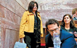 Δεν χωρεί αμφιβολία ότι το κίτρινο δερμάτινο της κ. Χαράς Καφαντάρη υποδηλώνει την αμέριστη ηθική, αλλά και στυλιστική, στήριξή της στο κίνημα των gilets jaunes στη Γαλλία. Για όσους δεν το γνωρίζουν, η κ. Χαρά Καφαντάρη είναι συνταξιούχος της Εθνικής Τραπέζης και εκλέγεται με τον ΣΥΡΙΖΑ στη Β΄ Αθηνών.
