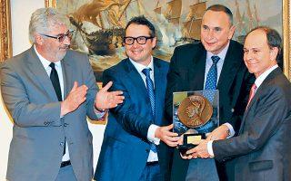 Στη στιγμή της βράβευσης, ο Α. Κότιος, ο Α. Τζιαμπίρης, ο Θ. Πλατιάς και ο Γιώργος Γεννηματάς, δεξιά.