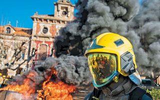 Εύφλεκτα υλικά και ένα φέρετρο έκαψαν χθες απεργοί πυροσβέστες μπροστά στο Κοινοβούλιο της Καταλωνίας.