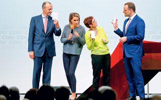 O Φρίντριχ Μερτς (αριστερά), η συντονίστρια της συζήτησης, η Ανεγκρετ Κραμπ Καρενμπάουερ και ο Γενς Σπαν σε προεκλογικό ντιμπέιτ στο Ντίσελντορφ.