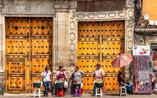Οι πλανόδιοι πωλητές βρίσκονται παντού στην πόλη. (Φωτογραφία: Getty Images/Ideal Image)