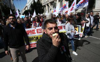 Εκπαιδευτικοί κρατούν πανό και φωνάζουν συνθήματα κατά τη διάρκεια πορείας διαμαρτυρίας που πραγματοποιούν προς  τη Βουλή και το Μέγαρο Μαξίμου, στην Αθήνα, Παρασκευή 30 Μαρτίου 2018.Συνγκέντρωση και πορεία διαμαρτυρίας πραγματοποιούν οι Ο.Λ.Μ.Ε., Δ.Ο.Ε. και Ο.Λ.Τ.Ε.Ε. διαμαρτυρόμενες για την πολιτική των μηδενικών διορισμών στην Εκπαίδευση  και το  καθεστώς εργασίας των αναπληρωτών. ΑΠΕ-ΜΠΕ/ΑΠΕ-ΜΠΕ/ΟΡΕΣΤΗΣ ΠΑΝΑΓΙΩΤΟΥ