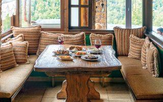 Χορτάστε τη θέα στο Βέρμιο από τις μεγάλες τζαμαρίες και συνοδεύστε το γεύμα σας στο Χάραμα με ένα ποτήρι Ξινόμαυρο. (Φωτογραφία: ΠΕΡΙΚΛΗΣ ΜΕΡΑΚΟΣ)