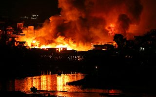 Houses on fire are seen at Educando neighbourhood, a branch of the Rio Negro, a tributary to the Amazon river, in the city of Manaus, Brazil December 17, 2018. Picture taken December 17, 2018. REUTERS/Bruno Kelly     TPX IMAGES OF THE DAY