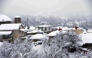 Το χωριό Σμίξη Γρεβενών στη διαδρομή για Βασιλίτσα όπου έχει σκεπάσει το χιόνι, Κυριακή 22 Ιανουαρίου 2016. ΑΠΕ-ΜΠΕ/ΑΠΕ-ΜΠΕ/ΔΗΜΗΤΡΗΣ ΣΤΡΑΒΟΥ
