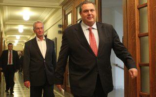 Ο υπουργός Εθνικής Άμυνας Πάνος Καμμένος και ο υφυπουργός Υποδομών, Μεταφορών και Δικτύων Παναγιώτης Σγουρίδης φθάνει στη συνεδρίαση του υπουργικού συμβουλίου στη Βουλή, Αθήνα, Παρασκευή 25 Σεπτεμβρίου 2015. Συνεδρίασε για πρώτη φορά το υπουργικό συμβούλιο μετά τις εκλογές της 20ης Σεπτεμβρίου. ΑΠΕ-ΜΠΕ/ΑΠΕ-ΜΠΕ/Παντελής Σαίτας