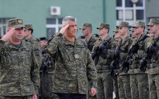 Ο πρόεδρος του Κοσόβου Χασίμ Θάτσι (στο μέσον της φωτογραφίας) χαιρετά άνδρες της παραστρατιωτικής δύναμης ασφαλείας, μία ημέρα πριν η Πρίστινα ανακοινώσει τη μετατροπή της σε τακτικό στρατό.