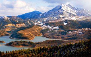 Φιόρδ, έλατα, χιόνια στα ψηλά: η λίμνη Πλαστήρα γοητεύει όλες τις εποχές. (Φωτογραφία: ΚΛΑΙΡΗ ΜΟΥΣΤΑΦΕΛΛΟΥ)