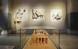 Η ελληνική εταιρεία, που μετρά μόλις δύο χρόνια ζωής, κατασκεύασε νέες βάσεις και προθήκες για τα αρχαιοελληνικά εκθέματα, ακολουθώντας τις αυστηρές προδιαγραφές του γαλλικού μουσείου και τον νέο τρόπο παρουσίασης των συλλογών του.