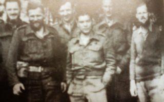 Μέλη της Βρετανικής Συμμαχικής Αποστολής. Από δεξιά προς αριστερά: Κ. Γουντχάουζ, Ρ. Σέππαρντ, Θ. Μαρίνος, Τ. Στήβενς, Τ. Μπαρνς, Α. Εντμοντς - Φωτογραφία από «Ελληνικά Χρονικά».