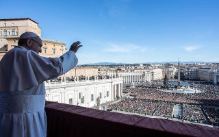 epa07248285 A handout picture provided by the Vatican Media shows Pope Francis delivering the traditional Urbi et Orbi  Christmas Day blessing from the central balcony of St. Peter's Basilica at the Vatican, 25 December 2018.  EPA/VATICAN MEDIA HANDOUT  HANDOUT EDITORIAL USE ONLY/NO SALES