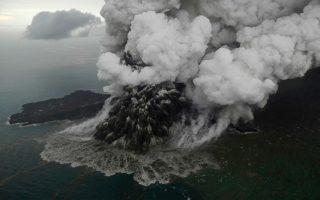 to-ifaisteio-anak-krakatoa-stin-indonisia-echase-ta-dyo-trita-toy-ypsoys-toy-fotografies0
