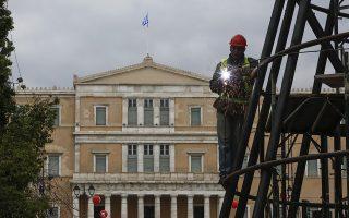 Εργάτες τοποθετούν το κεντρικό χριστουγεννιάτικο δέντρο του δήμου της Αθήνας, στην πλατεία Συντάγματος, Αθήνα, Κυριακή 2 Δεκεμβρίου 2018 ΑΠΕ-ΜΠΕ/ΑΠΕ-ΜΠΕ/ΓΙΑΝΝΗΣ ΚΟΛΕΣΙΔΗΣ