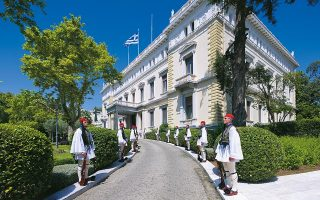 Η Προεδρική Φρουρά, παρατεταγμένη στον πρόσθιο κήπο του Προεδρικού Μεγάρου κατά την επίσκεψη ξένου ηγέτη. Φωτογραφίες: Γιώργης Γερόλυμπος