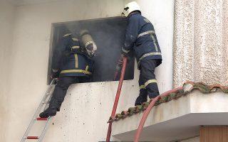 Πυροσβέστες προσπαθούν να σβήσουν φωτιά που εκδηλώθηκε σε αποθηκευτικό χώρο σούπερ μάρκετ, στην Αγία Παρασκευή, Πέμπτη 18 Οκτωβρίου 2018.Σύμφωνα με την Πυροσβεστική, η πυρκαγιά εκδηλώθηκε σε αποθηκευτικό χώρο σούπερ μάρκετ, ενώ δεν υπάρχει κάποιος εγκλωβισμένος.Για προληπτικούς λόγους, πάντως, απομακρύνθηκαν ένοικοι διαμερισμάτων που βρίσκονται στο ίδιο κτήριο.Στο σημείο έσπευσαν και επιχειρούν αυτή την ώρα για την κατάσβεση της πυρκαγιάς 20 πυροσβέστες με 7 οχήματα. ΑΠΕ-ΜΠΕ/ΑΠΕ-ΜΠΕ/ΣΥΜΕΛΑ ΠΑΝΤΖΑΡΤΖΗ