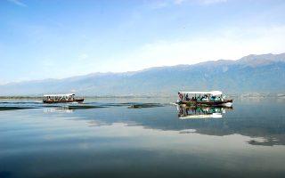 Βόλτα με βάρκα στα ήσυχα νερά της λίμνης Κερκίνη, στη σκιά του Μπέλες. (Φωτογραφία: ΜΠΑΜΠΗΣ ΓΚΙΡΙΤΖΙΩΤΗΣ)