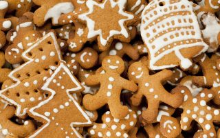 Μπισκότα σε διάφορα σχήματα με γλάσο, όπως και σπιτάκια φτιαγμένα από gingerbread, στο Evita Loves Cakes. (Φωτογραφία: Shutterstock)