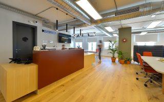 Το πενταώροφο κτίριο της Spaces στην Ερμού είναι το πρώτο της ολλανδικής εταιρείας στην Ελλάδα. Πλέον λειτουργεί άλλο ένα στο Μαρούσι, ενώ σύντομα ανοίγουν νέοι χώροι στη Σόλωνος και στη Θεσσαλονίκη.