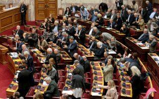 Βουλευτές του ΣΥΡΙΖΑ χειτροκροτούν στην ολομέλεια της Βουλής ,Τετάρτη 28 Νοεμβρίου 2018. Πραγματοποιήθηκε στην ολομέλεια της Βουλής η συζήτηση και η ψήφιση επί της αρχής, των άρθρων και του συνόλου του σχεδίου νόμου: «Υποχρεώσεις αερομεταφορέων σχετικά με τα αρχεία επιβατών ΑΠΕ-ΜΠΕ/ΑΠΕ-ΜΠΕ/Παντελής Σαίτας