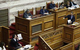 Ο πρωθυπουργός Αλέξης Τσίπρας (2Α) παρακολουθεί τον πρόεδρο της Νέας Δημοκρατίας Κυριάκο Μητσοτάκη (Δ) να μιλάει από το βήμα της Ολομέλειας της Βουλής στη συζήτηση και ψήφιση επί της αρχής, των άρθρων και του συνόλου του σχεδίου νόμου του Υπουργείου Εργασίας, Κοινωνικής Ασφάλισης και Κοινωνικής Αλληλεγγύης και του Υπουργείου Οικονομικών «Κατάργηση των διατάξεων περί μείωσης των συντάξεων και άλλες διατάξεις», Τρίτη 11 Δεκεμβρίου 2018. ΑΠΕ-ΜΠΕ/ΑΠΕ-ΜΠΕ/ΑΛΕΞΑΝΔΡΟΣ ΒΛΑΧΟΣ