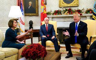 Η Δημοκρατική Νάνσι Πελόσι –υποψήφια για την προεδρία της Βουλής των Αντιπροσώπων– ενώ λογομαχεί στο Οβάλ Γραφείο, μπροστά στις κάμερες, με τον Αμερικανό πρόεδρο Ντόναλντ Τραμπ για το τείχος με το Μεξικό, υπό το βλέμμα του αντιπροέδρου Μάικ Πενς.