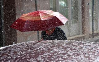 Γυναίκα περπατά με την ομπρέλα της κατά τη διάρκεια  δυνατής  βροχής, μαζί με χαλάζι  και αέρα, σε κεντρικό δρόμο του Άργους, τη Δευτέρα 29 Οκτωβρίου 2012. Δυνατός αέρας και βροχή μαζί με χαλάζι είναι το σκηνικό που επικρατεί εδώ και αρκετή ώρα στην ευρύτερη περιοχή, όπου έχουν ακινητοποιηθεί πολλά αυτοκίνητα από τα έντονα καιρικά φαινόμενα στα γύρω χωριά του Άργους, όπως ο Ίναχος το Κουτσοπόδι οι Μυκήνες άλλα και το Κεφαλάρι. ΑΠΕ-ΜΠΕ/ΑΠΕ-ΜΠΕ/ΜΠΟΥΓΙΩΤΗΣ ΕΥΑΓΓΕΛΟΣ