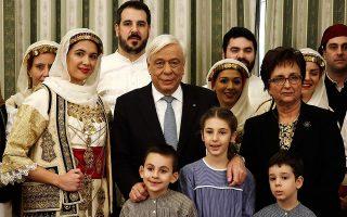 Ο κ. Πρ. Παυλόπουλος άκουσε  τα πρωτοχρονιάτικα κάλαντα από  το Λύκειο των Ελληνίδων - Παράρτημα Σπάτων.