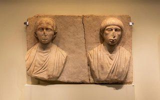 Μαρμάρινο ταφικό ανάγλυφο (αρχές 2ου μ.Χ. αιώνα) από την πόλη Απτερα της Κρήτης («Αναδυόμενες πόλεις»).