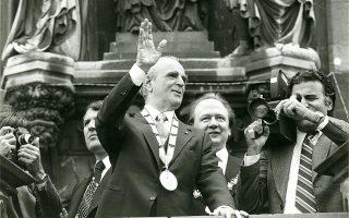 Ο Κωνσταντίνος Καραμανλής μετά την απονομή του βραβείου «Καρλομάγνος» χαιρετίζει από το μπαλκόνι του δημαρχείου στο Ααχεν (Γερμανία), 4/5/1978.