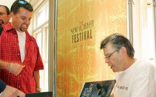 Ο διάσημος συγγραφέας Στίβεν Κινγκ, σε παλαιότερο στιγμιότυπο, ενώ υπογράφει βιβλία σε θαυμαστές του.