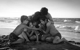 Στην ταινία «Ρόμα», η κάθαρση μοιάζει να επέρχεται στην αμμουδιά, όπου αγκαλιάζονται όλοι μαζί και η Κλέο κάνει μια ομολογία κομβικής σημασίας.
