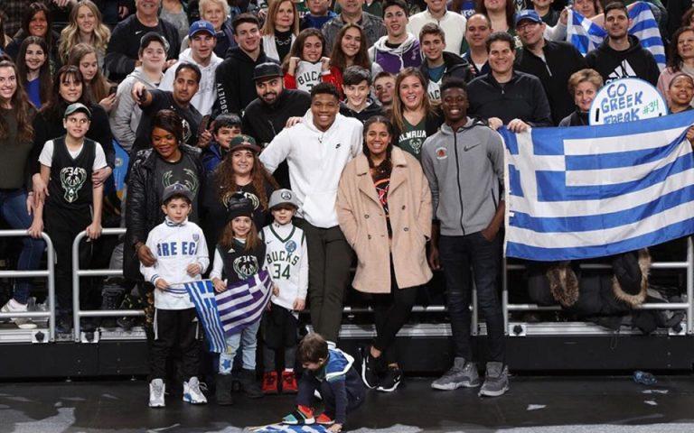 Ο Αντετοκούνμπο τραγουδάει τον Εθνικό ύμνο με Έλληνες φιλάθλους στο γήπεδο των Μπακς (βίντεο)