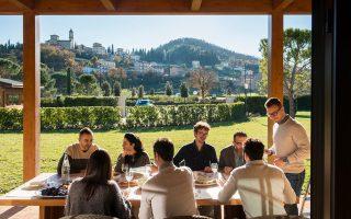 Στην έδρα του Ιταλού σχεδιαστή Μπρουνέλο Κουτσινέλι οι υπάλληλοι απολαμβάνουν ένα φθηνό και υγιεινό γεύμα με ζυμαρικά με ντομάτα και βασιλικό και ψωμί με μοτσαρέλα.