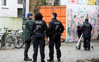 Γερμανοί αστυνομικοί στο σημείο της επίθεσης κατά του βουλευτή στη Βρέμη.